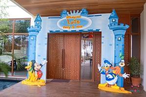 Disneyland-Entrance-Arch-20050804